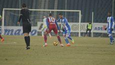 Hristo Zlatinski (la minge) a ratat un penalti care ar fi putut schimba cursul jocului (Foto: Alexandru Vîrtosu)