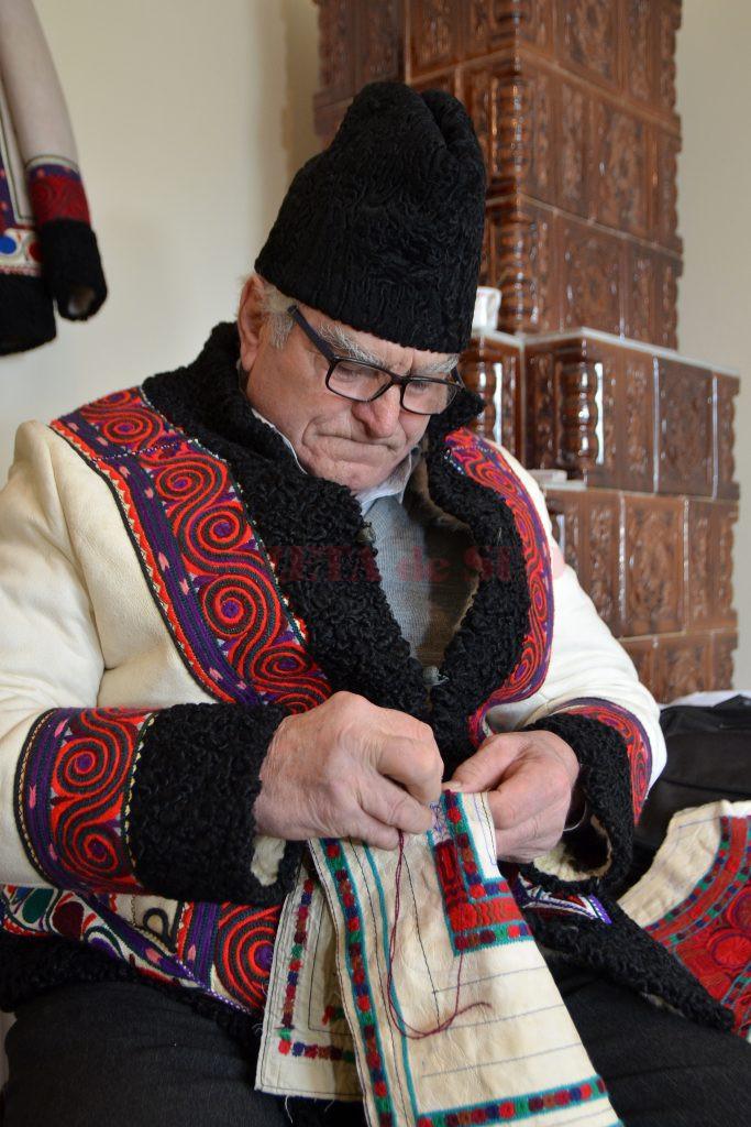 Sunt peste şase decenii de când Dumitru Liceanu a luat pentru prima dată aţa şi acul în mână şi a început să coase  în piele (Foto: Bogdan Grosu)