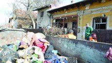 Zeci de tone de gunoaie au fost ridicate de la locuinţa bătrânei (FOTO: Claudiu Tudor)
