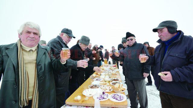 Sărbătoarea Sfântului Trifon s-a încheiat cu o masă stropită cu vin de calitate (Foto: Bogdan Grosu)
