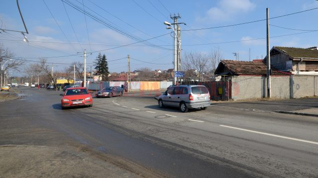 Şoferii intră cu viteză în curbă, mai ales că au drum cu prioritate (Foto: Bogdan Grosu)