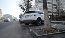 Accesul în parcări se face greu pe Calea Bucureşti, iar maşinile pot fi avariate (Foto: Bogdan Grosu)