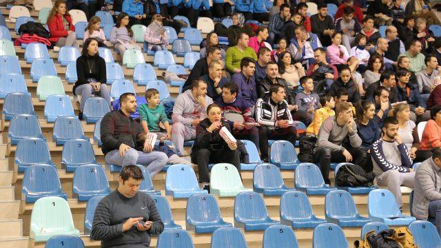 Marea absentă la confruntării, Valentina Ardean Elisei (în centru) şi-a urmărit colegele de la SCM din tribună