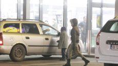 Cerşetori surprinşi în parcarea unui supermarket din Craiova (Foto: Claudiu Tudor)