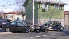 În urma impactului, maşinile au fost serios avariate ()