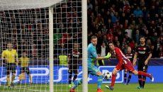 "Fernando Torres (în roșu) a stabilit scorul final pe ""BayArena"" (Foto: uefa.com)"