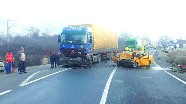 În urma impactului, şoferul autoturismului a decedat pe loc, iar pasagerul din dreapta a fost rănit (FOTO: Mihai Căruntu)