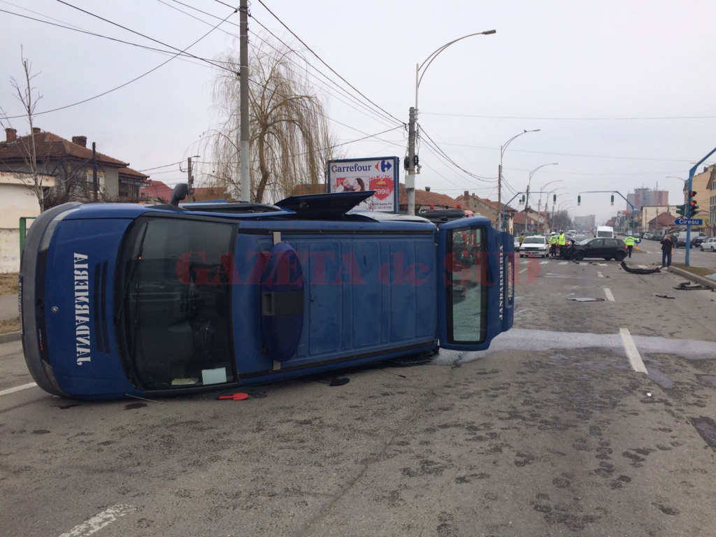 Mașina Jandarmeriei, răsturnată de un autoturism