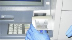 Cei doi bulgari au fost acuzați că au montat un dispozitiv pentru copierea datelor cardurilor de credit pe un bancomat din Craiova