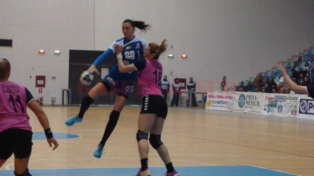 Cristina Zamfir (la minge) a fost cea mai bună marcatoare a echipei SCM Craiova, deşi a evoluat răcită (foto: Mădălina Nănuţ)