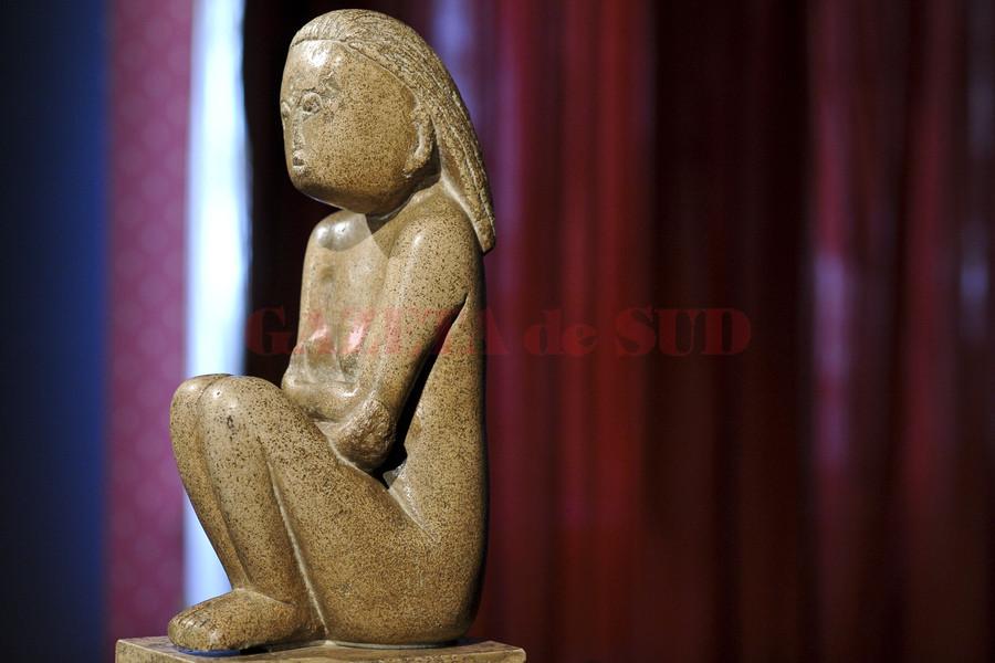 """Statuia """"Cumintenia Pamantului"""", opera a sculptorului Constantin Brancusi, este expusa in Bucuresti, luni, 8 septembrie 2014. Sculptura, evaluata la 20 de milioane de euro, a fost scoasa la vanzare de proprietarii de drept ai acesteia, Ministerul Culturii fiind invitat sa îsi exercite dreptul de preemtiune. OCTAV GANEA / MEDIAFAX FOTO"""
