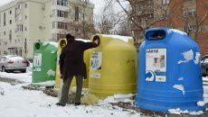 Craiovenii au posibilitatea să aducă deșeurile reciclabile la containerele stradale din cartierele de blocuri (Foto: Bogdan Grosu)