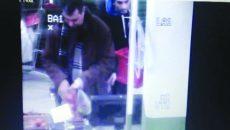 Bărbatul de 32 de ani a fost reținut de polițiști imediat după ce a furat telefonul unui client dintr-un hipermarket