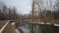 """În Parcul """"Romanescu"""" a fost montat gardul care împrejmuiește lacul de la intrare (Foto: Bogdan Grosu)"""