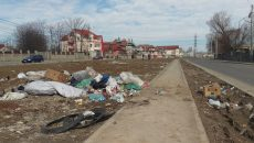 Sacii cu gunoi care zăceau joi aruncați pe spațiul ce separă sensurile de mers de pe strada Râului (Foto: Marian Apipie)
