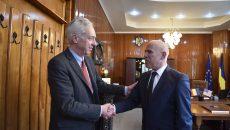 Ambasadorul SUA, Hans  Klemm (stanga), a petrecut două zile la Târgu Jiu