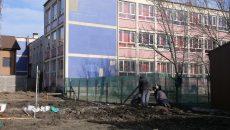 """Se fac pregătiri pentru ridicarea unei clădiri lângă Liceul de Arte """"Marin Sorescu"""" din Craiova. Terenul a aparținut școlii, dar a fost revendicat în instanță și pierdut în 2010"""
