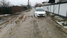 Un locuitor de pe strada Grădinari a rămas cu mașina înţepenită într-un șanț lăsat de muncitorii de la CAO
