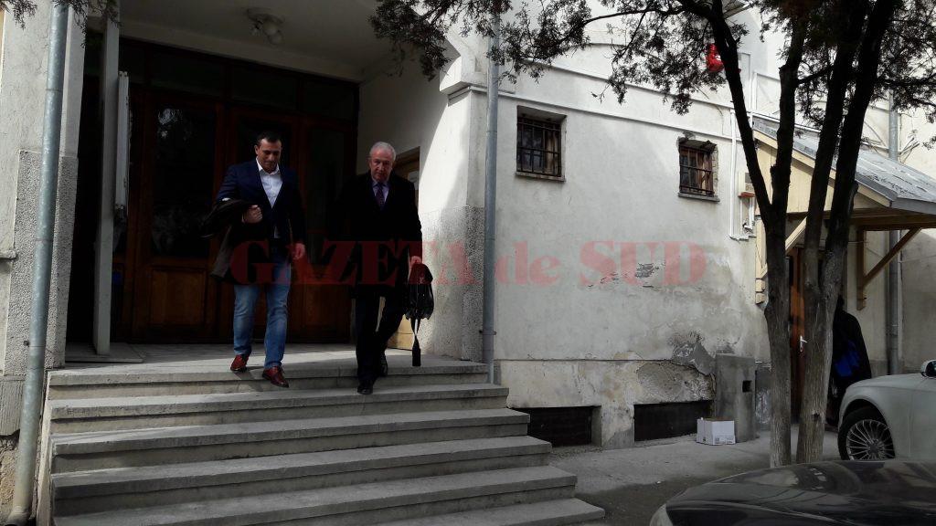Preşedintele CJ Olt (stânga), alături de avocatul său