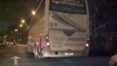 Unii dintre manifestanţii de la protestul împotriva preşedintelui Klaus Iohannis au fost aduşi cu microbuze şi autocare înmatriculate în Dolj (Foto: facebook.com)