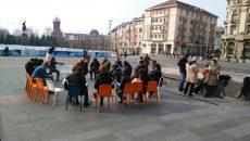 """Circa 20 de persoane au citit sâmbătă Constituţia în Piaţa """"Mihai Viteazul"""" din Craiova, iar ieri au dezbătut problemele societăţii"""