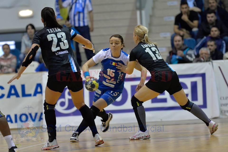Valentina Ardean Elisei (la minge) a revenit pe teren după o pauză de şase luni. Ea a marcat cu gol în poarta celor de la Dunărea Brăila (foto: SCM Craiova Handbal Oficial)