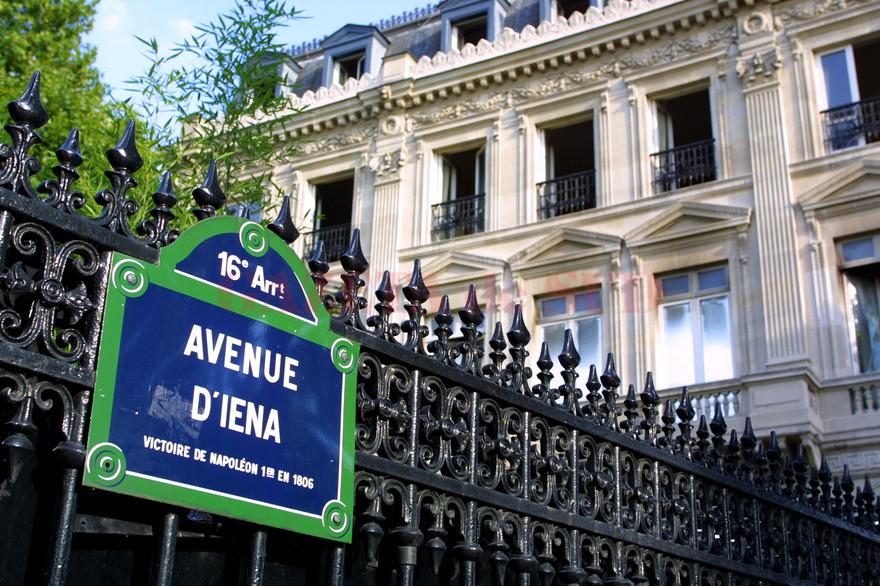 Photo prise en 2002 à Paris d'une plaque indiquant l'avenue d'Iena dans le 16è arrondissement.            / AFP PHOTO / Boyan Topaloff