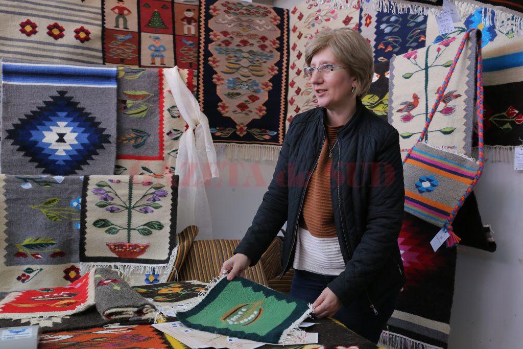 După 20 de ani lucrați în multinaționale, Anca Dumitrescu s-a apucat să producă, în atelierul propriu, covoare oltenești (Foto: Lucian Anghel)