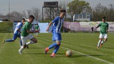 Vlădoiu (la minge) și colegii săi au obținut o victorie frumoasă cu Bradu (Foto: Alexandru Vîrtosu)