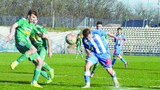 Petre (albastru) nu s-a ferit de clinciurile cu adversarii şi a fost eroul meciului cu Mioveni ()