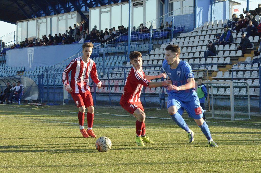 Andrei Burlacu (la minge) a fost unul dintre cei mai buni jucători de pe teren (Foto: Alexandru Vîrtosu)