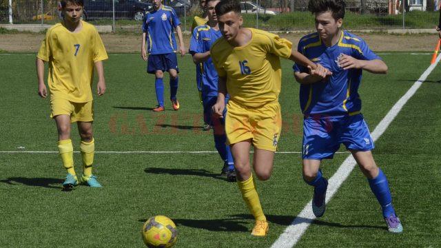 Juniorii B de la CSS (în galben) i-au răzbunat pe colegii mai mari (Foto: Alexandru Vîrtosu)
