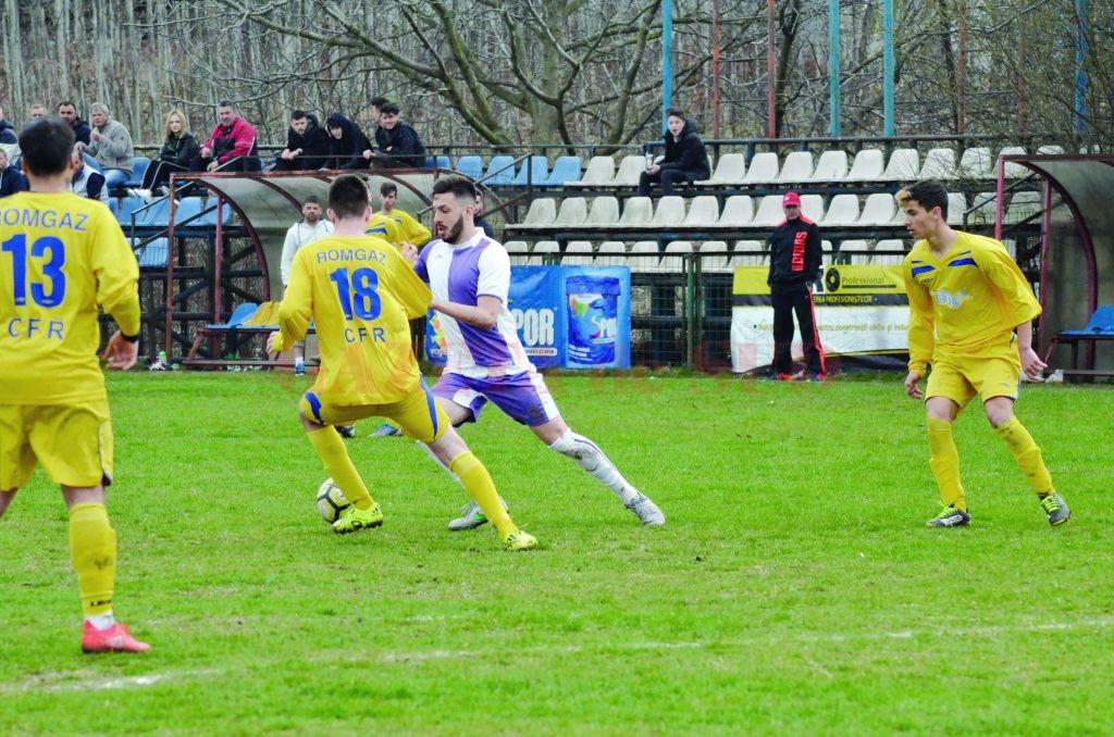 Mihai Firan (alb-violet) a fost unul dintre cei mai buni jucători de pe teren (Foto: Alexandru Vîrtosu)