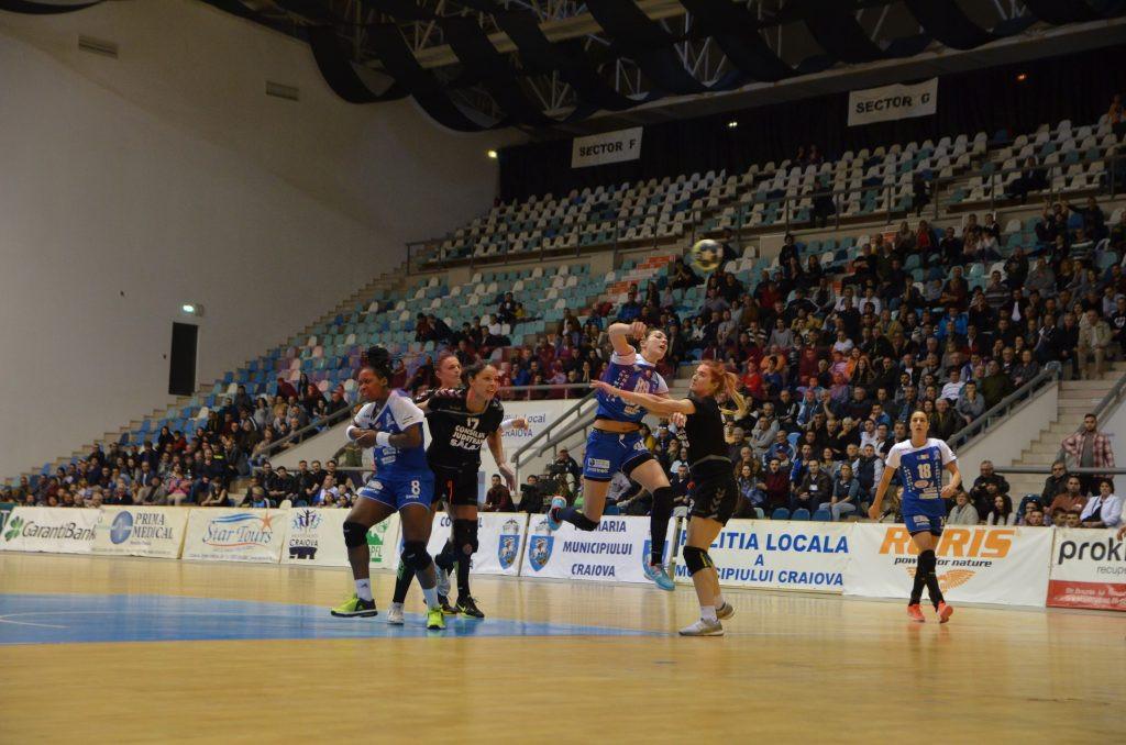 Cristina Zamfir (la minge) şi colegele sale au obţinut o victorie importantă în faţa Zalăului (foto: Daniela Mitroi-Ochea)