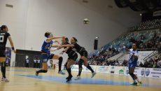 Jucătoarele de la SCM Craiova (în albastru) au egalat la puncte echipa din Zalău şi continuă lupta pentru o medalie în acest sezon (Foto: Daniela Mitroi-Ochea)