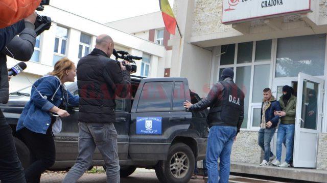 Ofițerii anticorupție au descins ieri-dimineață la Centrul de Transfuzie Sanguină Craiova (Foto: Anca Dumitraşcu)