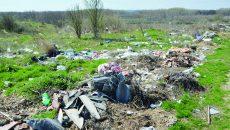 Oamenii din Malu Mare aduc aproape de malul Jiului resturile din gospodării