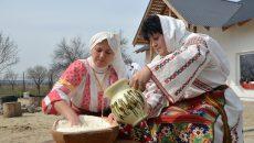Gospodinele au frământat pâinea în postava de lemn (Foto: Bogdan Grosu)