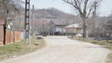 Două segmente din acest drum au fost asfaltate prin lucrări de întreţinere, însă deja  au început să se degradeze (Foto: Bogdan Grosu)