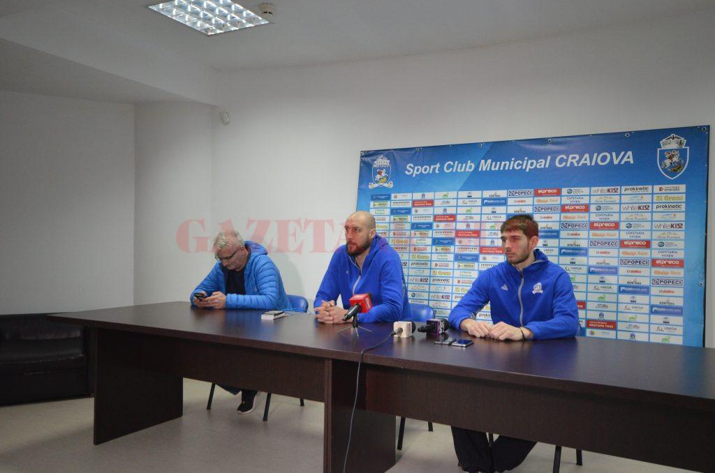 Vlad Șolopa (dreapta) și Cătălin Burlacu au vorbit despre jocul cu Dinamo (foto: Lucian Anghel)