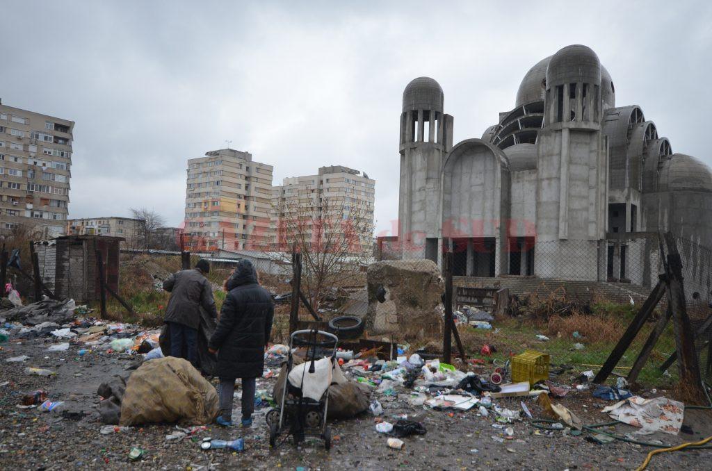 Zona din faţa catedralei din Craioviţa Nouă este plină de gunoi (Foto: Bogdan Grosu)