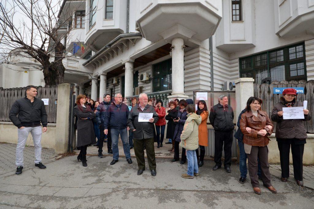 Timp de două ore, angajaţii APM Dolj au fost în grevă de avertisment (Foto: Bogdan Grosu)