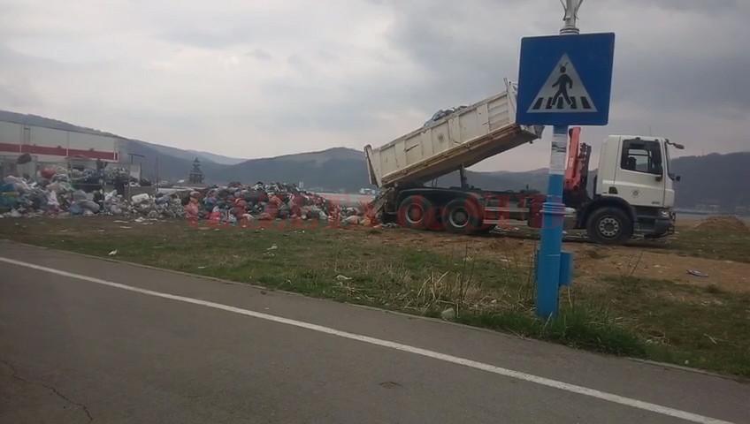 Deşeurile ridicate de pe stradă nu au mai ajuns la groapa de gunoi autorizată de la Drobeta Turnu Severin, ci au fost depozitate pe faleza Dunării