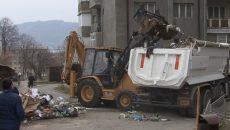 Două luni, locuitorii din Orşova au stat cu gunoiul lângă case