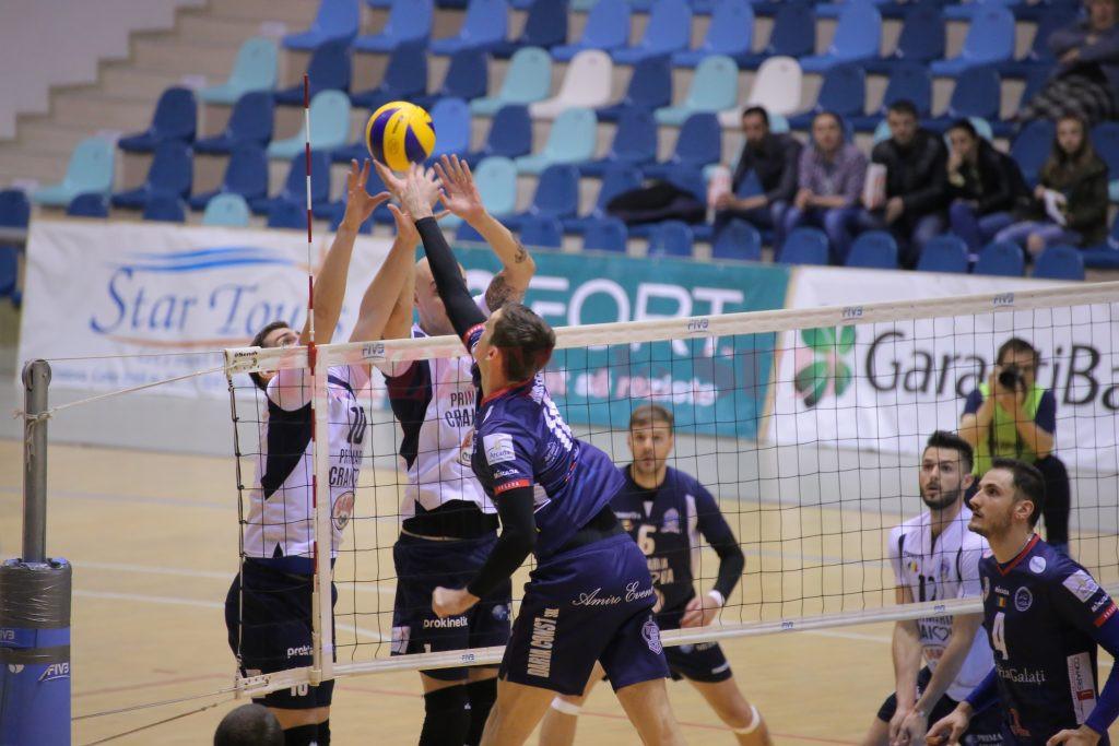 Jucătorii craioveni (în tricou alb) au condus cu 2-0, dar au pierdut cu 3-2 partida cu Arcada Galaţi (foto: Lucian Anghel)