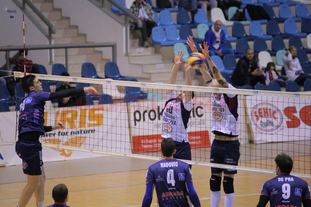 Craiovenii (în dreapta) au suferit prima înfrângere din acest sezon pe teren propriu (foto: Lucian Anghel)