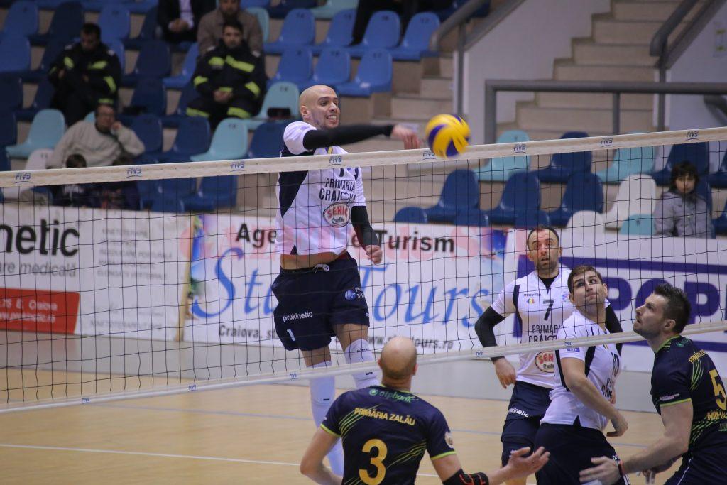 Voleibaliştii craioveni (în tricou alb) vor avea un adversar dificil duminică, Arcada Galaţi (foto: arhiva Gds)