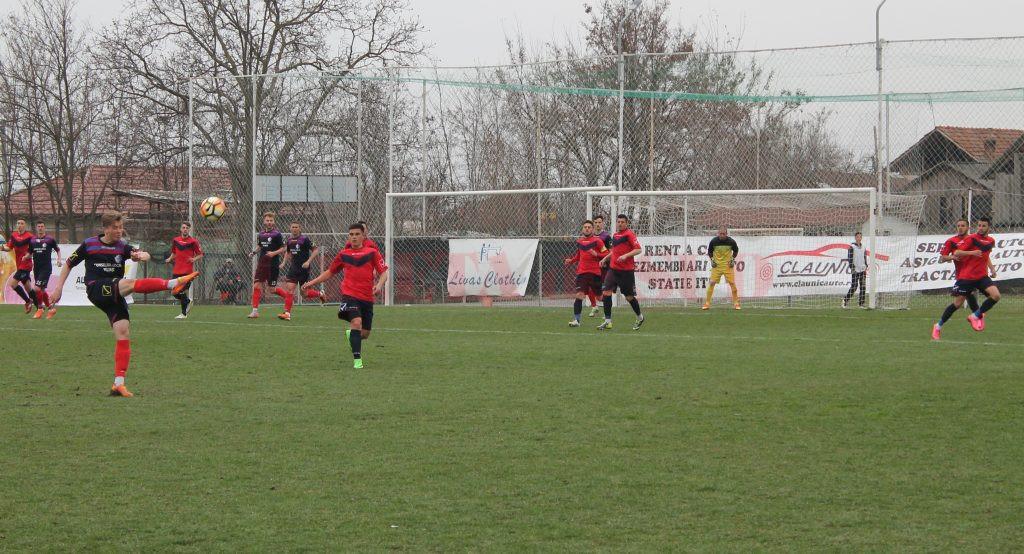 Marius Duriță (la minge) și colegii săi au obținut un punct în deplasarea de la Aninoasa (Foto: Ionuț Parghel)