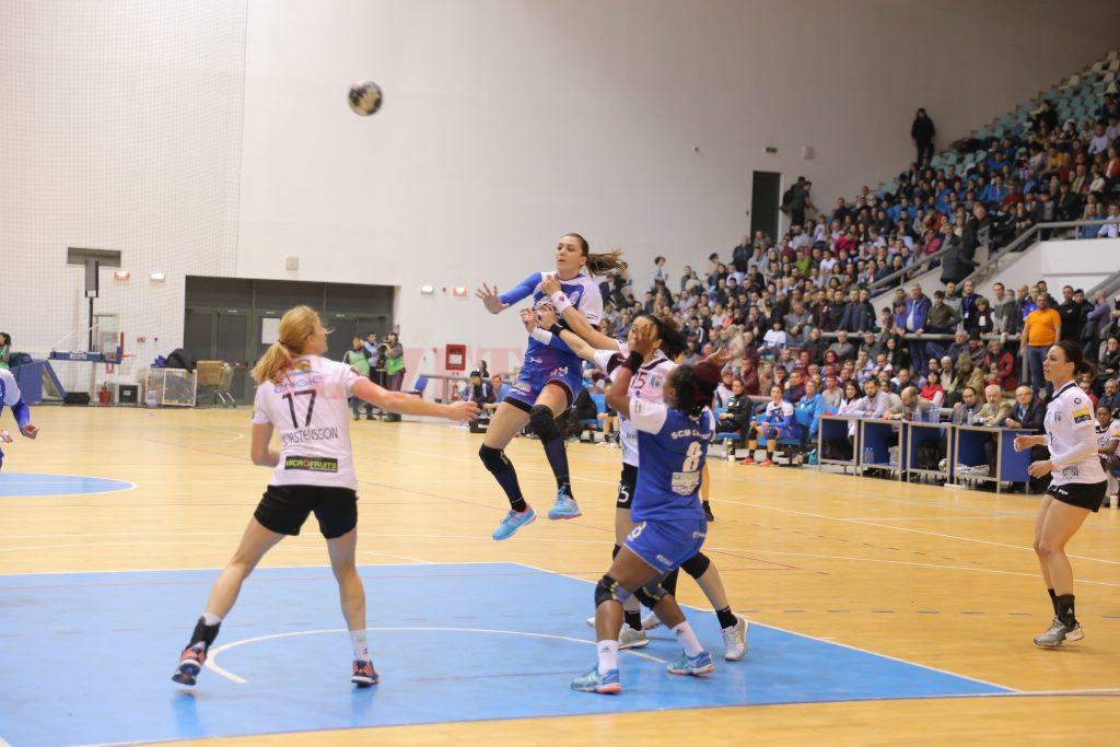 Jucătoarele de la SCM Craiova (în albastru) au pierdut doar un meci în retur pe teren propriu, cu CSM Bucureşti (Foto: Arhiva GdS)