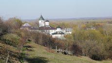 Sfânta Mănăstire Brâncoveni este ascunsă privirii de un deal abrupt, singuratică şi maiestuoasă (Foto: Lucian Anghel)